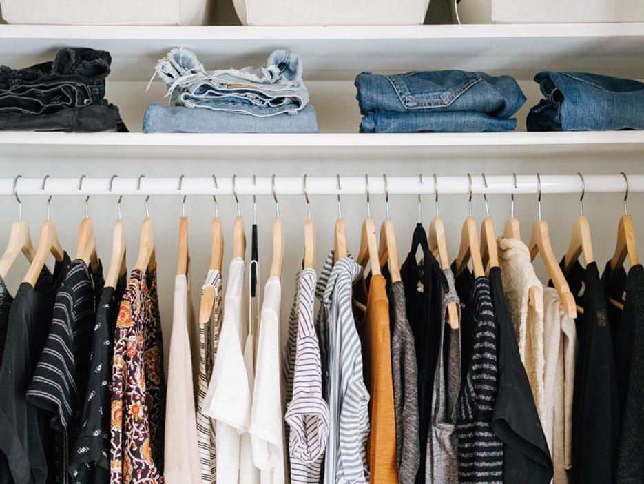 Un armario cápsula – o cómo sobrevivir con (solo) 40 prendas
