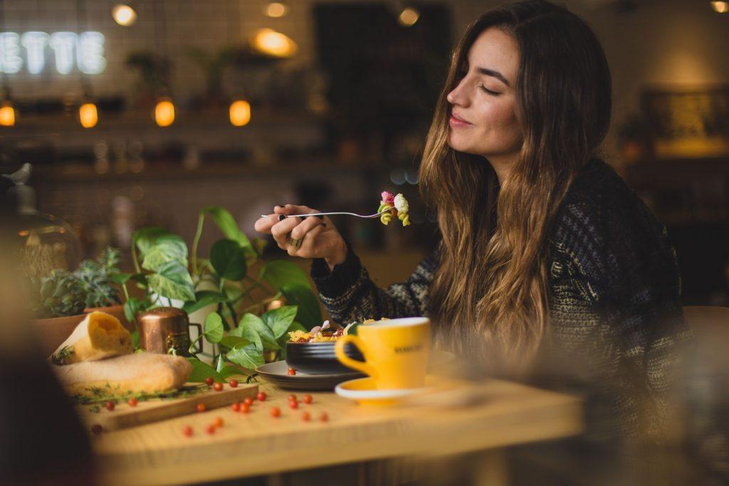 Los 5 alimentos que te harán sentir más saciada (y con muy pocas calorías)