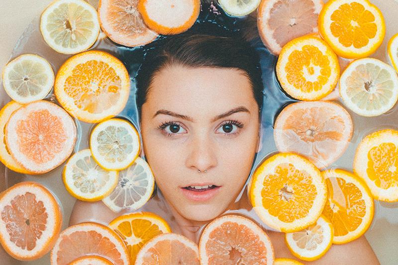 Cuando tu piel pide «luminosidad» (y necesita Vitamina C)