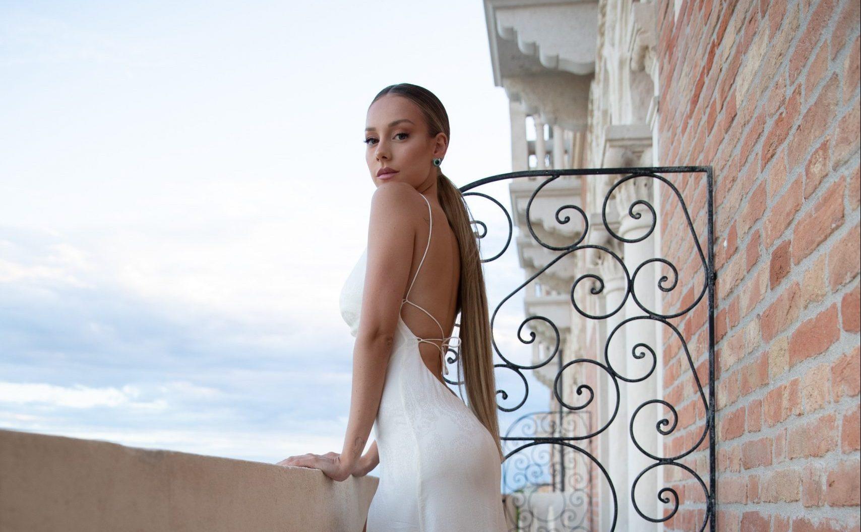 Ester Expósito deslumbró con el icónico look «Pillow Talk» de Charlotte Tilbury